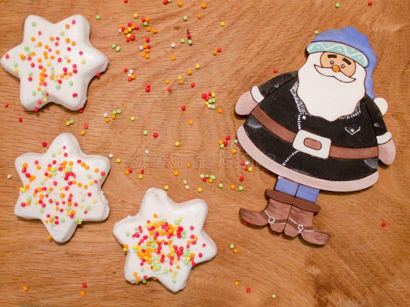 Santa Claus sur un fond des boules et des biscuits lumineux dans le lustre photographie stock libre de droits