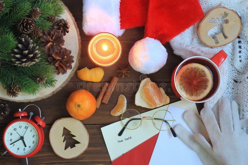 Santa Claus tabell med hatten, handskar, exponeringsglas, bokstaven och varmt te royaltyfri fotografi