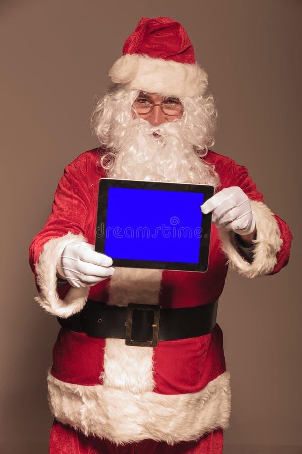 Santa Claus te montrant une protection de comprimé d'ordinateur photo stock
