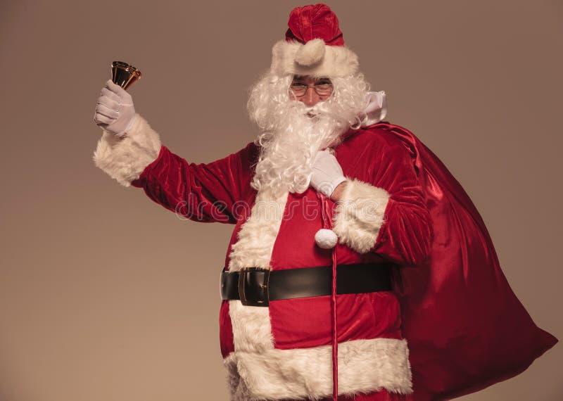 Santa Claus tenant un son grand sac sur son épaule photos libres de droits