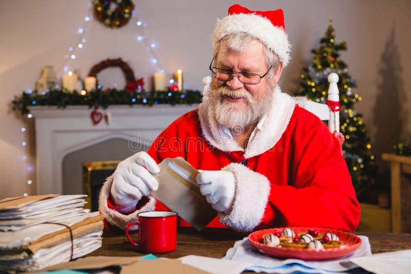 Santa Claus tenant une lettre photo libre de droits