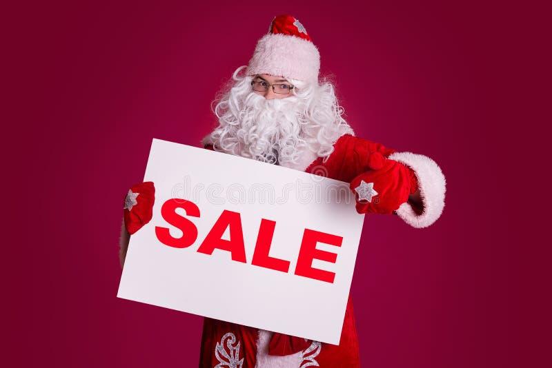 Santa Claus tient le conseil blanc photographie stock libre de droits