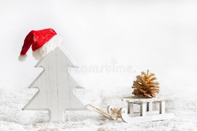 Santa Claus träd med kottegåvan för abstrakt julbegrepp för skog på vit bakgrund arkivfoto