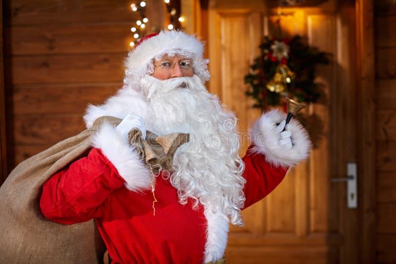 Santa Claus tradicional com sino foto de stock