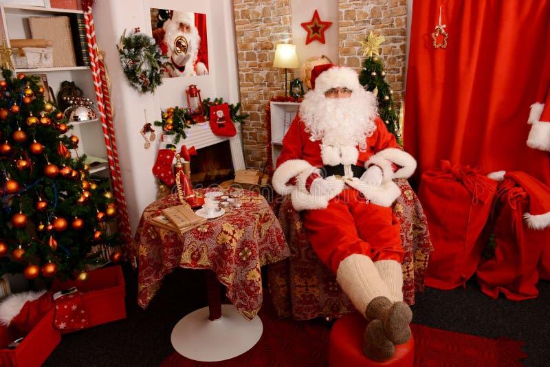 Santa Claus tradicional em sua casa Decoração do Natal fotos de stock royalty free
