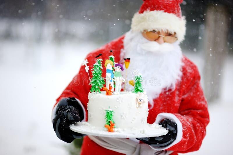 Santa Claus traditionnelle et un gâteau de Noël photos libres de droits