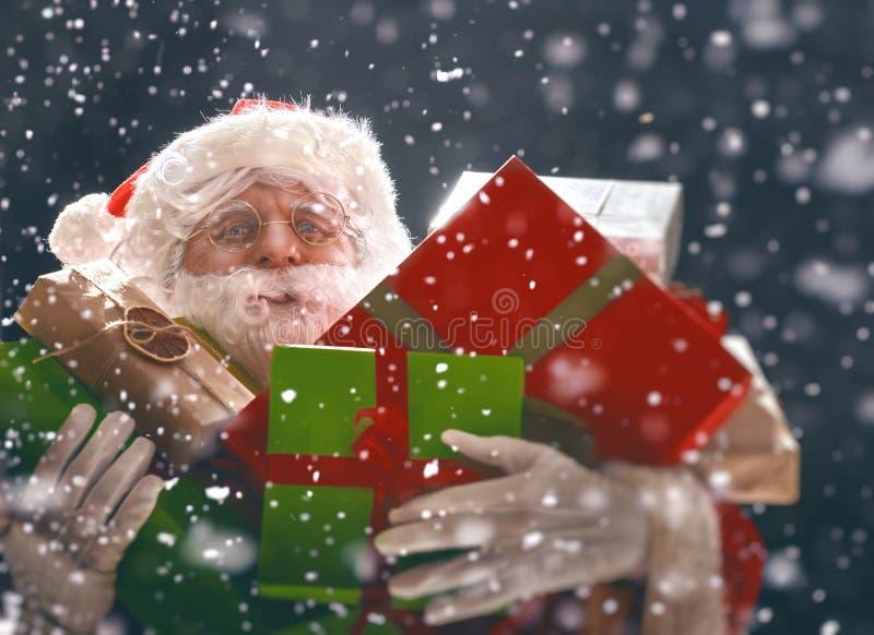 Santa Claus traz lotes dos presentes foto de stock royalty free