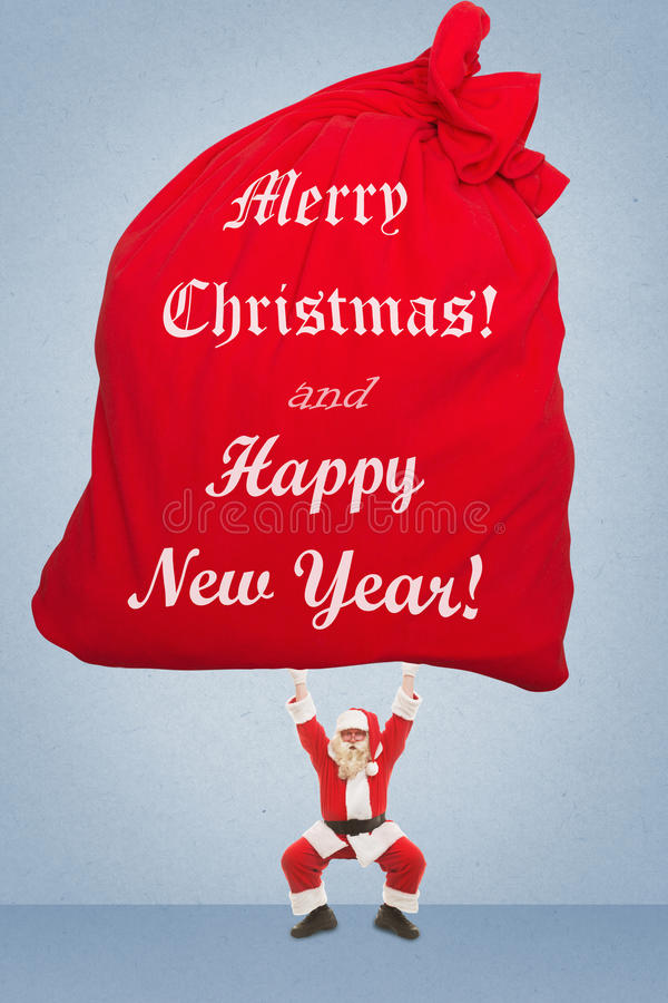 Santa Claus treina para levantar o saco muito pesado com presentes fotografia de stock