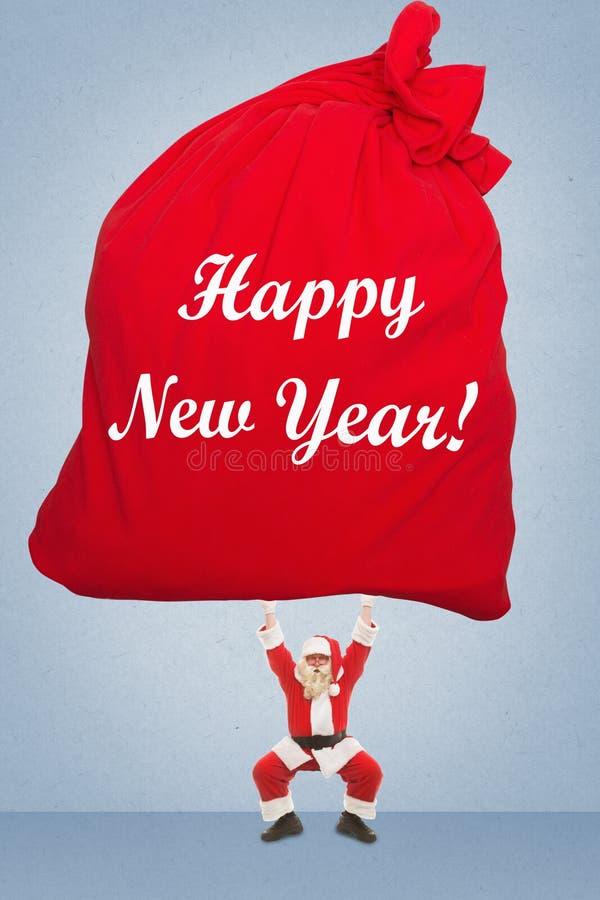 Santa Claus treina para levantar o saco muito pesado com presentes fotos de stock royalty free