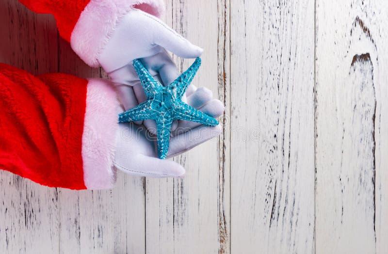 Santa Claus trzyma błękitnej rozgwiazdy obraz stock