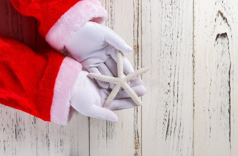 Santa Claus trzyma białej rozgwiazdy fotografia royalty free