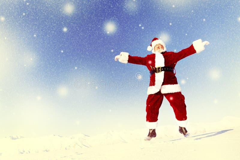 Santa Claus in un concetto di salto di felicità del paese delle meraviglie di inverno fotografia stock