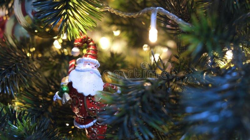 Santa Claus Under el árbol de navidad fotografía de archivo