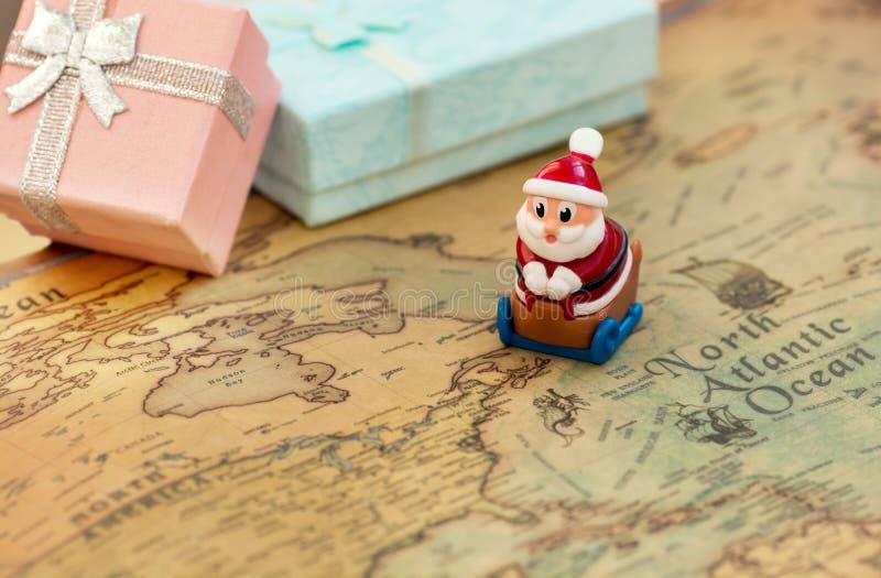 Santa Claus va sur un traîneau sur la carte du monde donner des cadeaux pendant Noël et la nouvelle année Santa circule la planèt image libre de droits