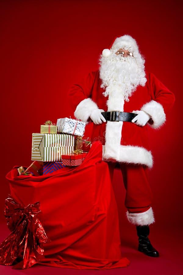 Santa Claus viene con un bolso grande de regalos Retrato integral imagenes de archivo