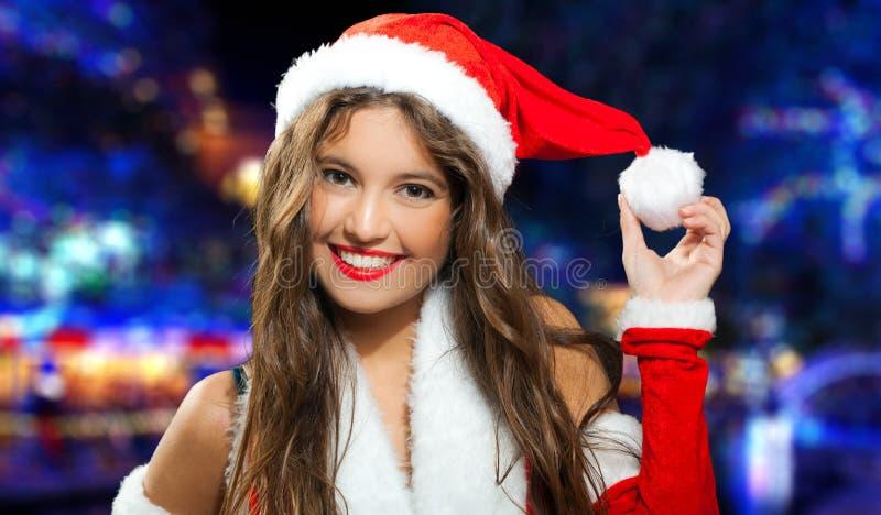 Santa Claus-vrouw die een sneeuwbal houdt royalty-vrije stock foto