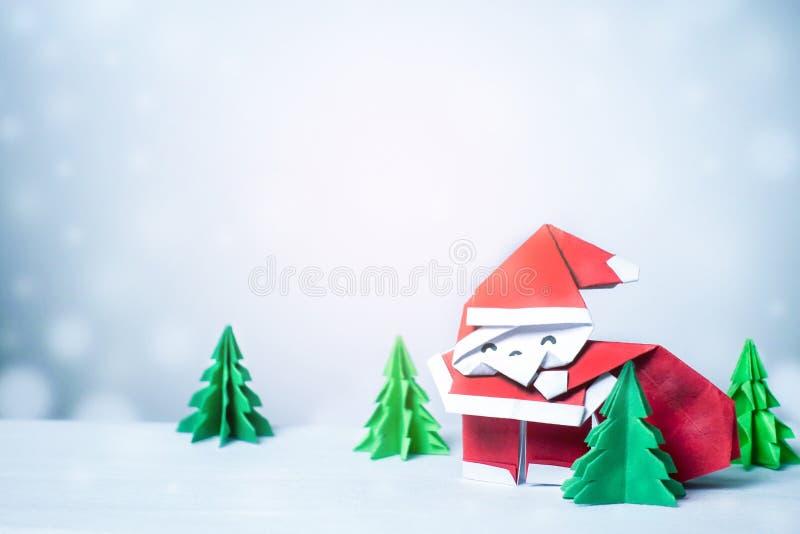 Santa Claus w śnieżnym zimy tle z papierów rżniętymi bożymi narodzeniami obrazy royalty free