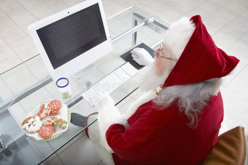 Santa Claus Working On Computer foto de archivo libre de regalías