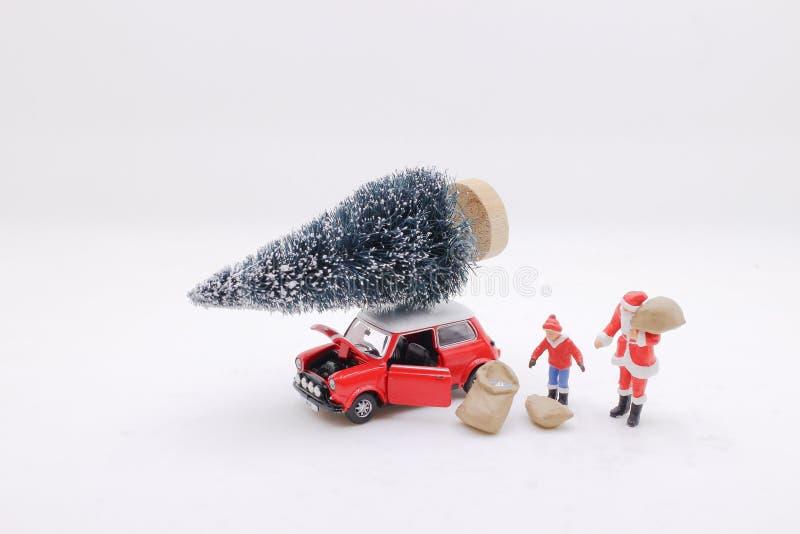 Santa Claus y un coche rojo del juguete imagen de archivo