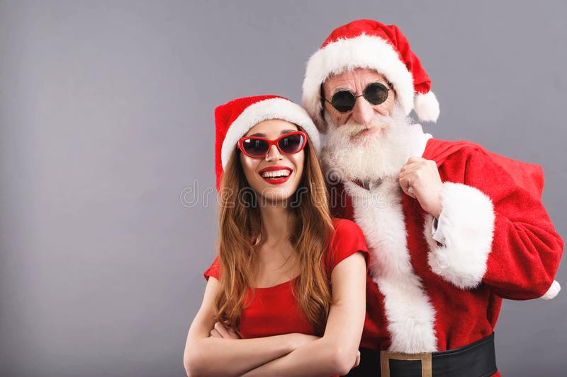 Santa Claus And Young Mrs Fundo de Claus Standing On The Gray imagens de stock royalty free