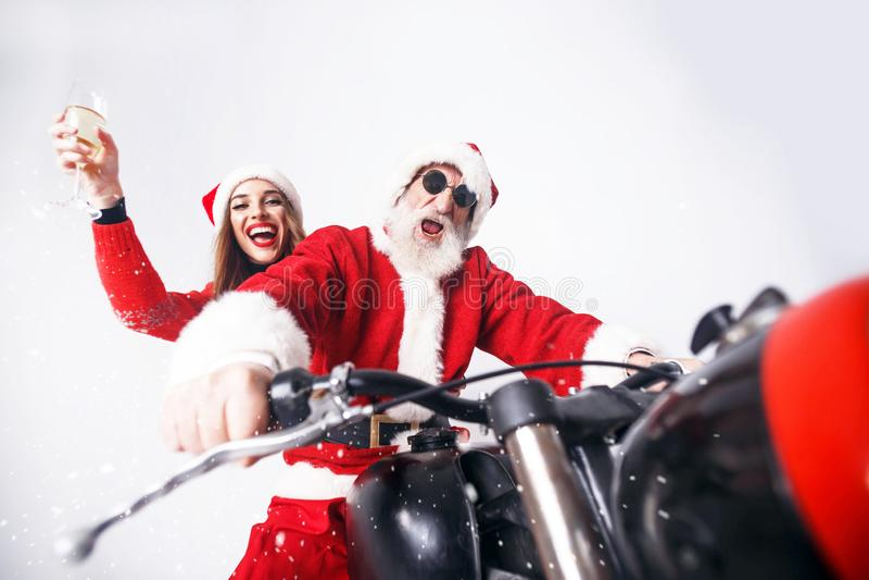 Santa Claus And Young Mrs Claus Riding à motocicleta fotos de stock royalty free