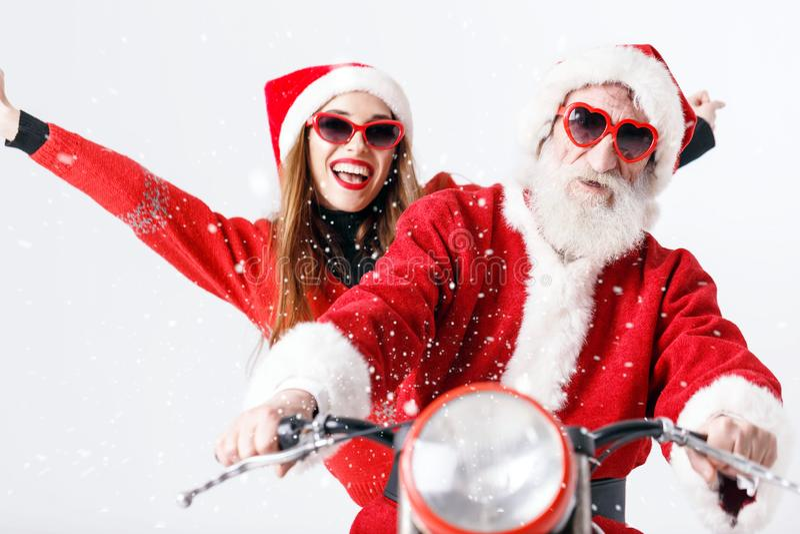 Santa Claus And Young Mrs Claus Riding à motocicleta imagens de stock