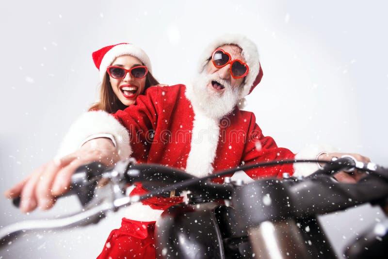 Santa Claus And Young Mrs Claus Riding à motocicleta fotografia de stock