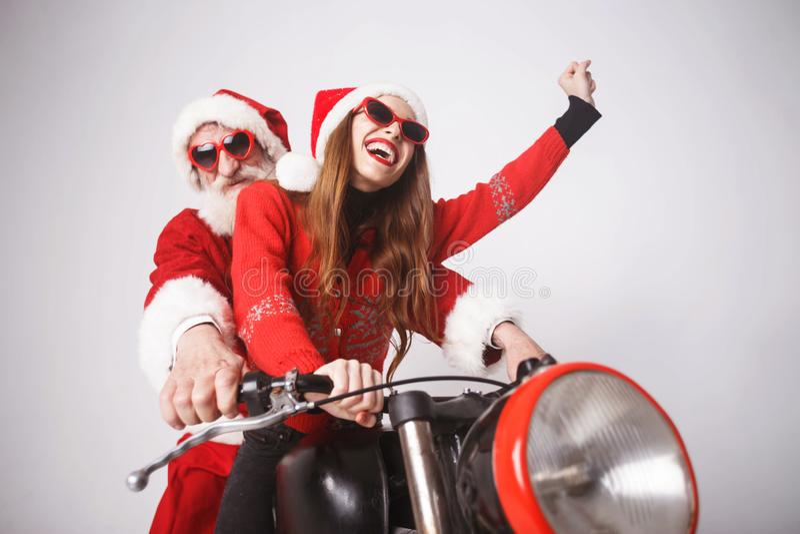 Santa Claus And Young Mrs Claus Riding à motocicleta fotografia de stock royalty free