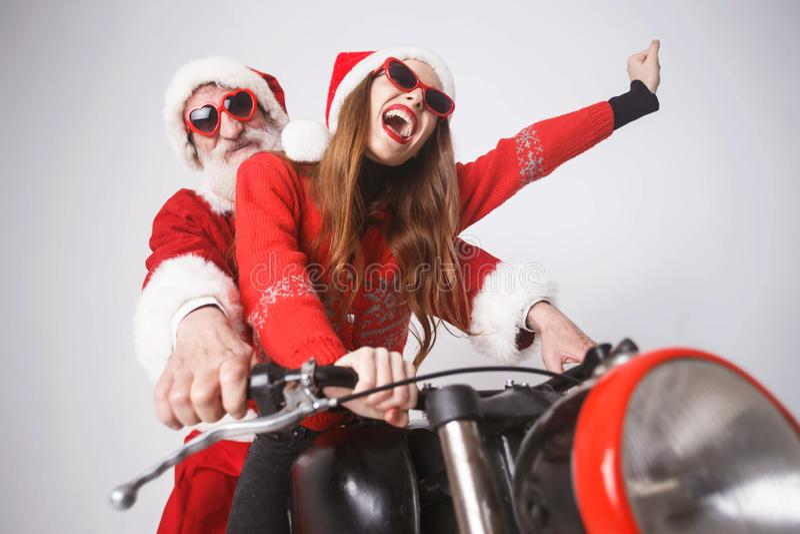 Santa Claus And Young Mrs Claus Riding à motocicleta foto de stock royalty free