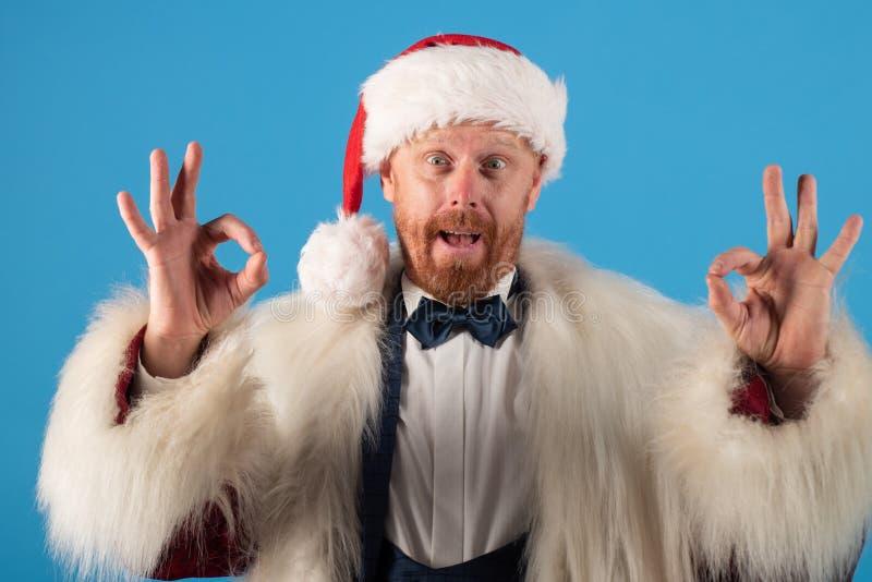 Santa Claus z boże narodzenie kostiumem Rudzielec śmieszny Santa życzy Wesoło boże narodzenia i Szczęśliwego nowego roku Nowożytn zdjęcie royalty free