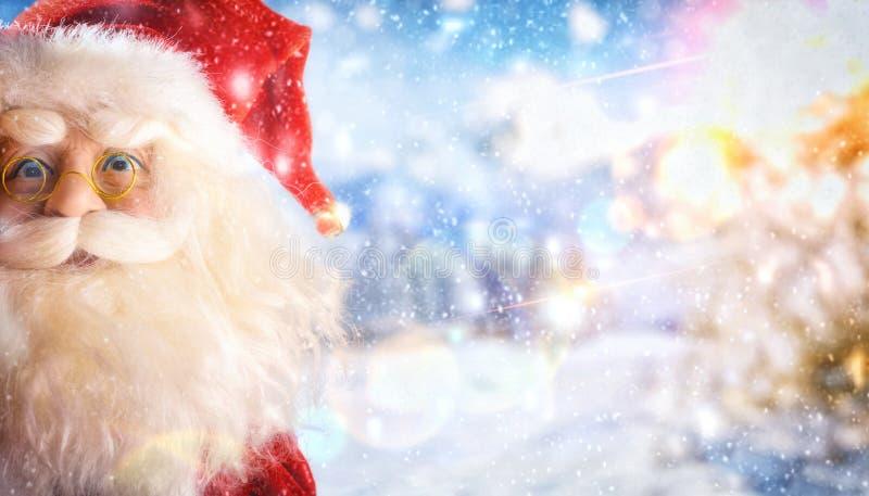 Santa Claus zakończenie w górę lali na śnieżnym tło krajobrazie fotografia stock
