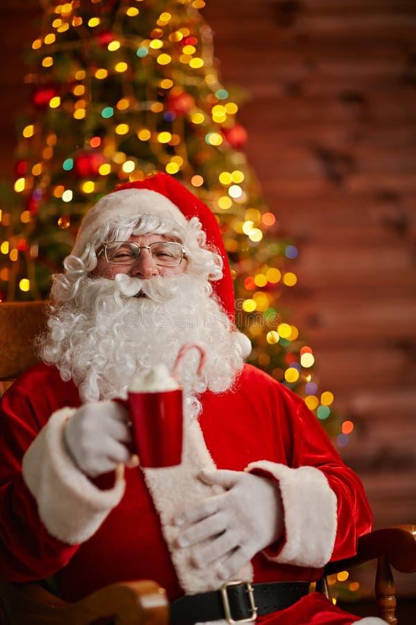 Santa Claus in zijn huis royalty-vrije stock foto's
