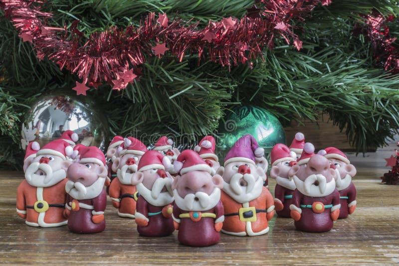 Santa Clauses sob a árvore dos hristmas de C foto de stock royalty free