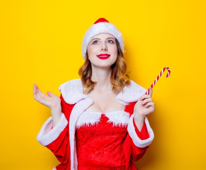 Santa Clous dziewczyna w czerwieni ubraniach z cukierkiem fotografia royalty free