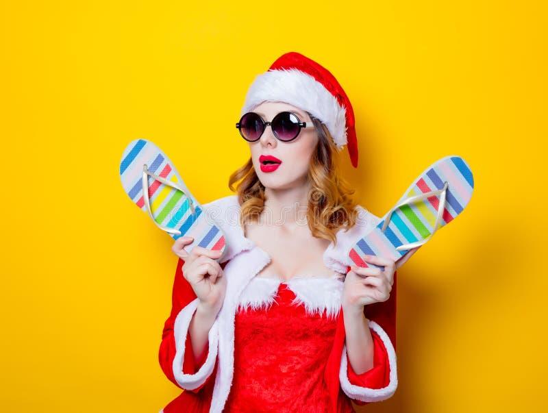 Santa Clous dziewczyna z okularami przeciwsłonecznymi i trzepnięcie klapami zdjęcie stock