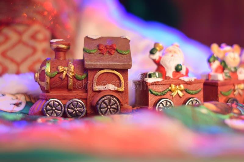 Santa Clous-Zug, der Geschenke in einem Märchendorf holt stockfoto