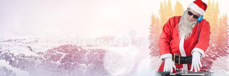 Santa com paisagem do inverno com os fones de ouvido do partido do DJ imagem de stock