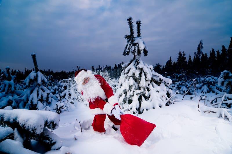 Santa com saco pesado foto de stock