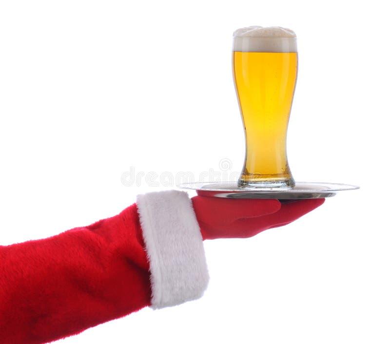 Santa com vidro de cerveja na bandeja imagens de stock