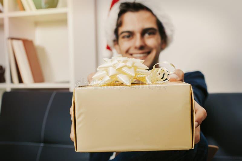 Santa con el regalo de la Navidad fotografía de archivo