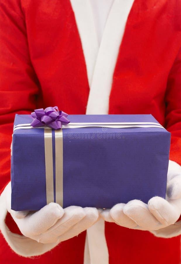 Santa con el regalo de la Navidad fotografía de archivo libre de regalías