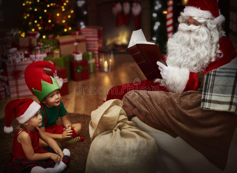 Santa con i bambini immagini stock libere da diritti