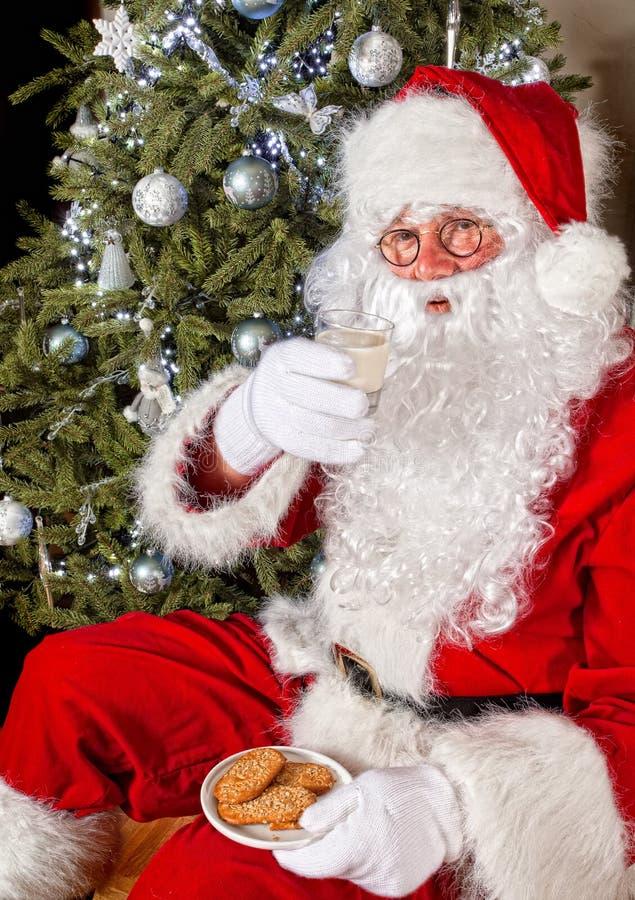 Santa con las galletas y la leche imagen de archivo