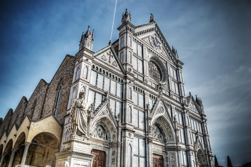 Santa Croce-kathedraal en Dante Alighieri-standbeeld in Florence stock afbeeldingen
