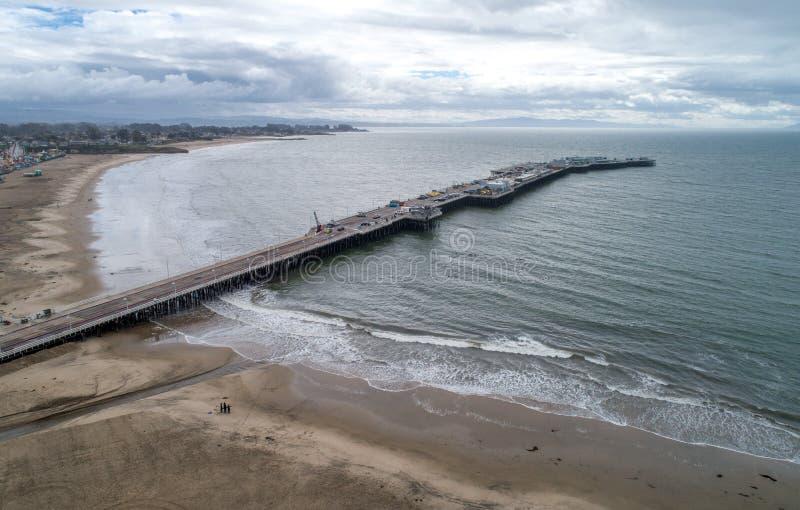 Santa Cruz Beach Boardwalk y embarcadero en fondo imagen de archivo