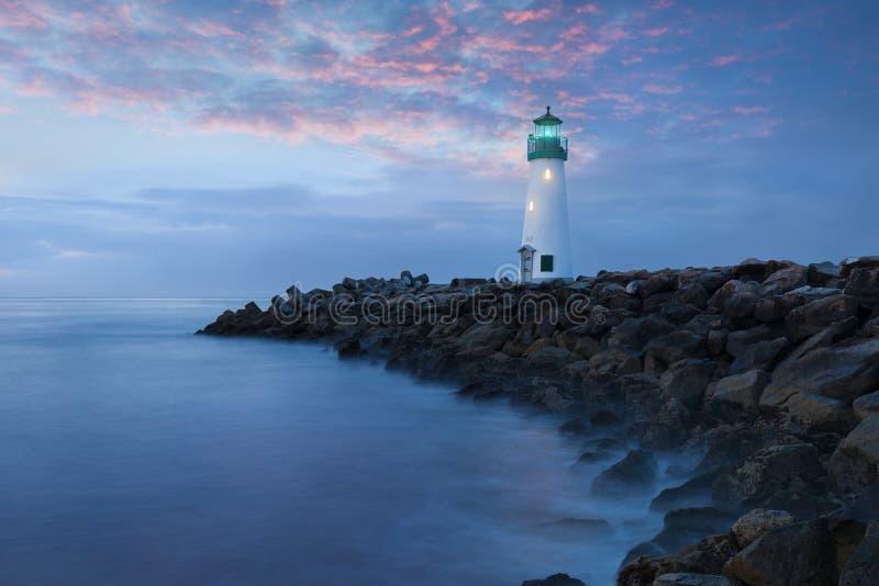 Santa Cruz Breakwater Light Walton Lighthouse em Santa Cruz no nascer do sol colorido, Costa do Pacífico, Califórnia, EUA fotos de stock