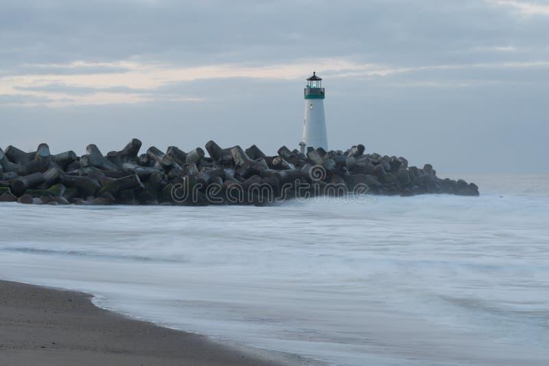 Santa Cruz Breakwater Lighthouse Walton Lighthouse, costa del Pacifico, California, Stati Uniti, California al faro di alba fotografia stock