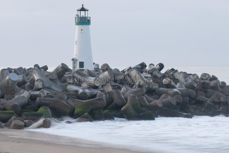 Santa Cruz Breakwater Lighthouse Walton Lighthouse, Costa do Pacífico, Califórnia, Estados Unidos, Califórnia no farol do nascer  fotografia de stock royalty free