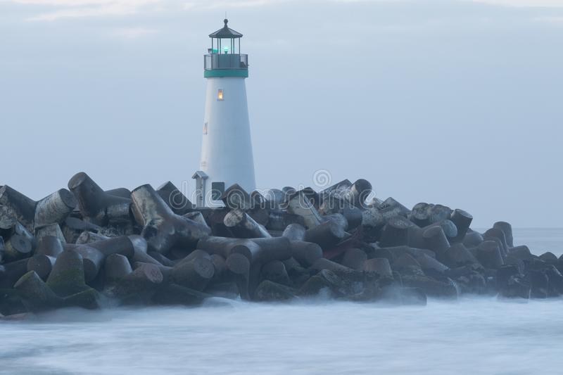 Santa Cruz Breakwater Lighthouse Walton Lighthouse, Vreedzame kust, Californië, Verenigde Staten, Californië bij zonsopgangvuurto stock foto's