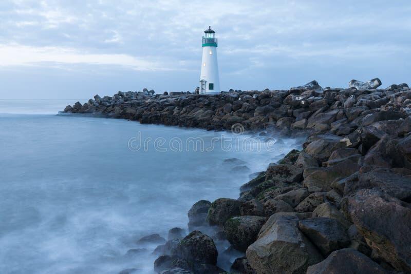 Santa Cruz Breakwater Lighthouse Walton Lighthouse, Vreedzame kust, Californië, Verenigde Staten, Californië bij zonsopgangvuurto royalty-vrije stock afbeeldingen